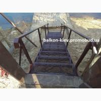 Металлическая лестница к воде