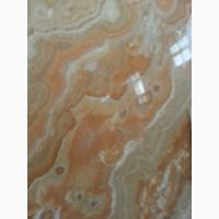 Глубокий рисунок слябов оникса пронизывающий всю толщу камня